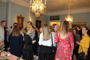 Omkring hundra personer minglade runt på Gävle slott under tisdagskvällen. Här får man som student en chans att utbyta erfarenheter och knyta kontakter med det lokala näringslivet.