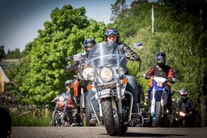 Vid Färna seglade hojarna in för att förarna skulle få sig en fika och vila. Cirka 300 motorcyklar deltog i årets Västmanland runt. Foto: Lennye Osbeck