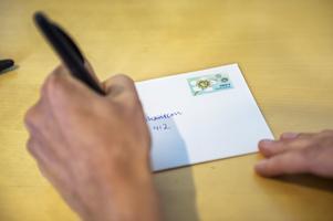 Ju färre brev som skickas desto dyrare blir varje brev att hantera, skriver Katarina Sörman från Postnord. Foto: TT