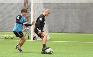 IK Brage startade åter upp träningarna på måndagen, efter en veckas ledigt. Här Pontus Jonsson och Carlos Garcia i en duell.