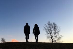 Kvinnorna berättar om sina relationer med en polis i Västernorrland. Båda säger att de var unga missbrukare när kontakterna inleddes.