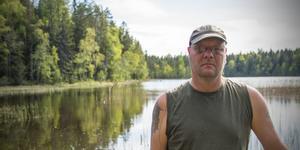 Stefan Fjällström från fiskeklubben Silverkroken är upprörd över att folk tar sig friheten att fiska utan lov.