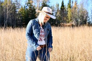 Värmländska Erika Jonsson har varit i Saloon Hillbilly en gång tidigare och kommer i juli tillbaka med sitt band. Foto: Pressbild