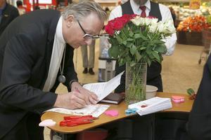 Prästen Anders Elvin förberedde ett antal vigselbevis under drop-in-bröllopet på alla hjärtans dag.