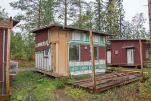 Ett av Östersundshems 99 attefallshus brandskadades och är nu köpt av en entreprenörsfirma. Östersundshem hyr ut 15 hus till kommunen och tre till Svenska kyrkan.