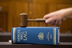 En anställd misstänks ha brutit mot tystnadsplikten och anmäls till åtal av sin arbetsgivare.