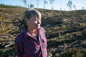 Rättviks Naturskyddsförenings Margareta Wikström vid hygget vid Brännvinsberget.