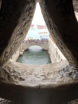 Är på en semesterresa med frun och firar 15 årig bröllopsdag. Naturligtvis så måste Dogepalatset och Markuskyrkan besökas. Tog denna bild innefrån suckarnas bro ut på bron där alla tar kort på suckarnas bro, skriver Robert Lindberg.