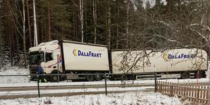 Lastbil i dikeskanten nära infarten till Lindesberg. Läsarbild