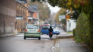 Glasgatan har ofta mycket trafik och det kan bli ont om plats för cyklister, speciellt när ambulanser och VL-bussar ska fram. Därför bygger Tekniska just nu en alternativ cykelled.