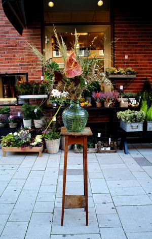 Exotisk touch med rosenkalla, ormbunkar, röllika, gräs och fröställningar från höstlilja. Rosenkallan kommer hålla i ungefär en månad medan resten av buketten är torkad och