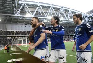 Sigurjonsson firar sitt 1-1-mål.