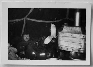 I februari 1969 hade gänget sin första tältövernattning i Mellingeholm utanför Norrtälje.  – Det var en rysligt kall natt, närmare 20 minusgrader samtidigt som vi hade svårigheter att få upp värmen i tältet. Lennart fick värma ena foten så nära kaminen det gick, berättar Tomas Nilson. Foto: Privat