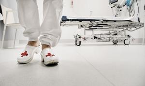 Sjukvårdspersonalen må vara stressad men det ska aldrig vara på bekostnad av en sjuk och svag människa, skriver Maria.