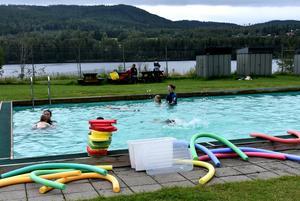Vid Koppelhällan, i Hammarstrand är sommarsimningen i full gång. Under lägret tränas bland annat vattenvana och simkunskaper upp, hos barnen.