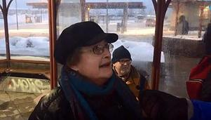 Margita Mattsson delade en taxi med två andra personer för att kunna ta sig hem när bussen hon skulle åka med ställdes in.