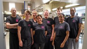 I tillagningsköket Mitt Gastronomi arbetar tio personer som dagligen förser barn och ungdomar i Sundsvall med över 2000 måltider. I bild från vänster: Joachim Winblad, Åsa Ingemarsson, Fredrik Alexandersson, Daniel Engquist, Berhe Zeru, Sofie Fernlund, Daryah Ali och Sayneb Ali.