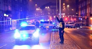 Skjutning på en pizzeria i Malmö i december 2018. Att gängkriminaliteten ökar i Sverige är uppenbart för var och en, och Pascal Engman tar sig an frågan i en spänningsroman. Bild: Johan Nilsson/TT