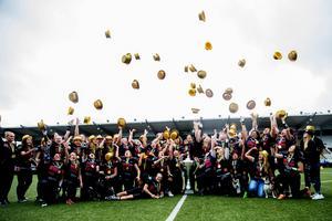 Glada miner när Örebro Black Knights damer tog emot den stora SM-pokalen på Behrn arena.