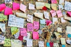 Enade mot terrorn. På minnesväggen vid Kulturhuset i Stockholm lovade många att inte låta sig begränsas. Foto: Claudio Bresciani/TT