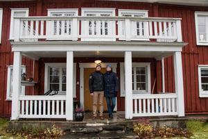 Isabelle Melander och Tomas Jäderblom föll för bergsmansgården i Ställdalen direkt på visningen.