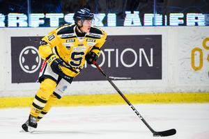 Axel Andersson med pucken i ett tidigare möte med AIK. Foto: Bildbyrån.