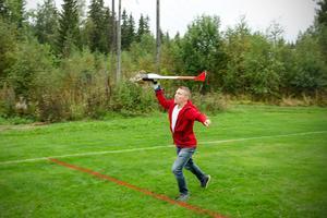 David Almroth skickar upp drönaren i luften ovanför Sörfors.
