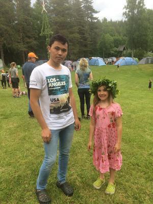 Najib och Emma,  Agneta Romins dotter, firar midsommar.