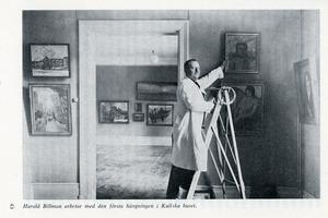 Harald Billman hänger den första utställningen i Kullska huset.