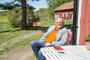 Stig Blomqvist hemma på gården i Stora Mallösa där en sträcka i Midnattssolsrallyt kommer att köras runt husknuten.
