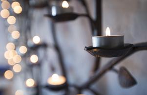 En av ljusbärarna i kyrkan var formad som ett träd.