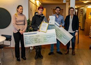Stipendier. På bilden från vänster Elin Evertsson Ovako, Alvin Pantzare, Ammar Ghaibeh och längst till höger ordförande TC-Hofors Angelica Ahlström.  Foto: Matts Gregori