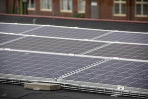Priserna på solceller har gått ned kraftigt sedan 2010 och en investering blir lättare att räkna hem.