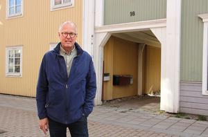 Christer Ekman framför familjen Diös första bostad i Sala, Norrbygatan 16. De bodde också en tid vid Fiskartorget.