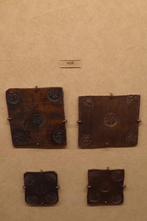 Plåtmynt från Huså, tillverkat åren 1746 och 1748. Plåtmynten har ett krönt G i mittstämpeln, angivande ursprunget. Foto Seved Johansson