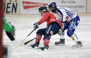 Jocke Svensk fick slita hårt för att hålla Villas hete junior Joel Broberg stången.