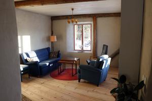Vardagsrummet med ljusinsläpp från två olika håll.