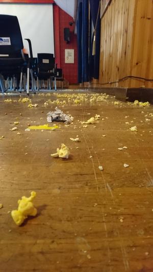 Det här är omisskännliga spår efter en filmfestival. Popcorn på golvet. Foto: Privat