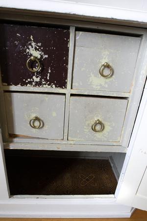 Lådorna i köksskåpet från det ursprungliga köket finns kvar.