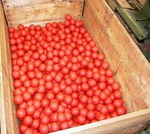 De färdiga bollarna packas i trälårar för granskning.