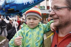 HÅRT TAG. Aron Jerkers håller ett hårt tag om pappa Rune och sin nyinköpta ballong.