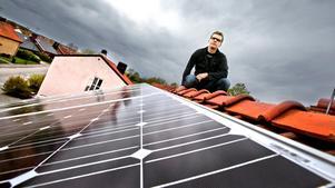 Sommaren blev så bra att Tomas Ekström tror att solpanelerna på taket till och med kommer leverera mer el än beräknat. Några negativa reaktioner från folk som går förbi har han inte heller fått.