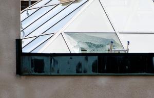 Rånarna landade med helikoptern på taket och slog in en fönsterruta för att komma in i byggnaden.