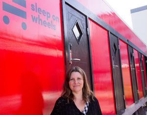 Sleep on Wheels är företagets namn. Sofia Frögren vid en av bostadsmodulerna.