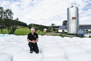 Mjölkbonden Sven Bäckebjörk i Offerdal är glad och nöjd efter den första skörden. Skillnaden jämfört med förra sommaren är som natt och dag.
