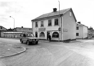 Det här är korsningen Prästgatan/Tullgatan 1980. Kommunen tvångsinlöste fastigheterna och byggde lägenhetshus. På gatuplanet har Filmstaden huserat, numera har Folkets Bio sina lokaler här.