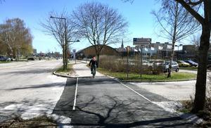 Infarten till Himlabadet har fått en genomgående gång- och cykelbana. Nu ska liknande bygga vid utfarterna på Universitetsallén.