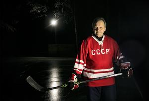 Tommy Segersten växte upp i en tid när Sovjetunionens hockeylag var i en klass för sig. I dag som 63-åring har han skaffat tröjor och väskor och prylar som ser ut som de som användes av barndomsidolerna på 1960-talet.
