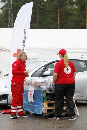 Lena Hansson Varhegyl och Lisse Lindberg, är två av rödakorsarna på depån vid Färilasågen.