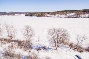 Sjön Lilla Aspan runt knuten och i omgivning av trädgårdar fyllda med rosenbuskar och äppelträd.Foto: SkandiaMäklarna